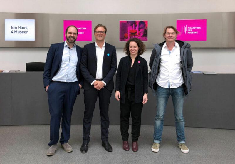 4 Personen in der Pinakothek der Moderne
