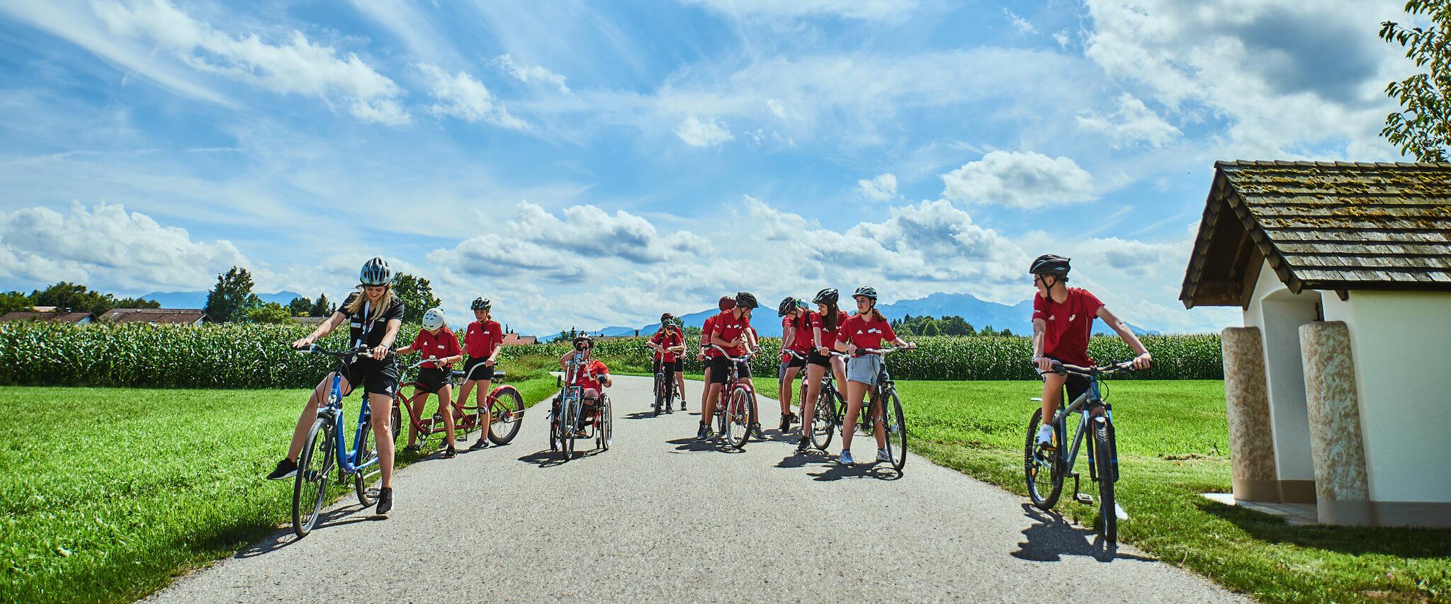 Campteilnehmer auf dem Fahrrad