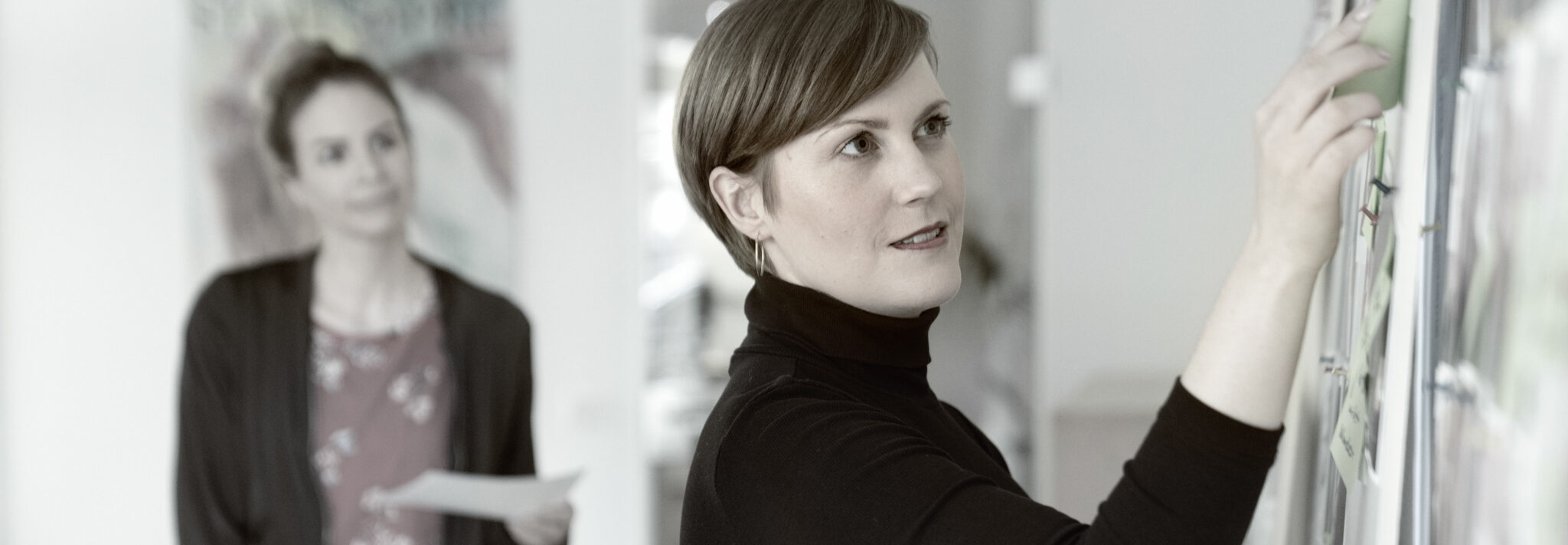 Zwei Frauen am Whiteboard