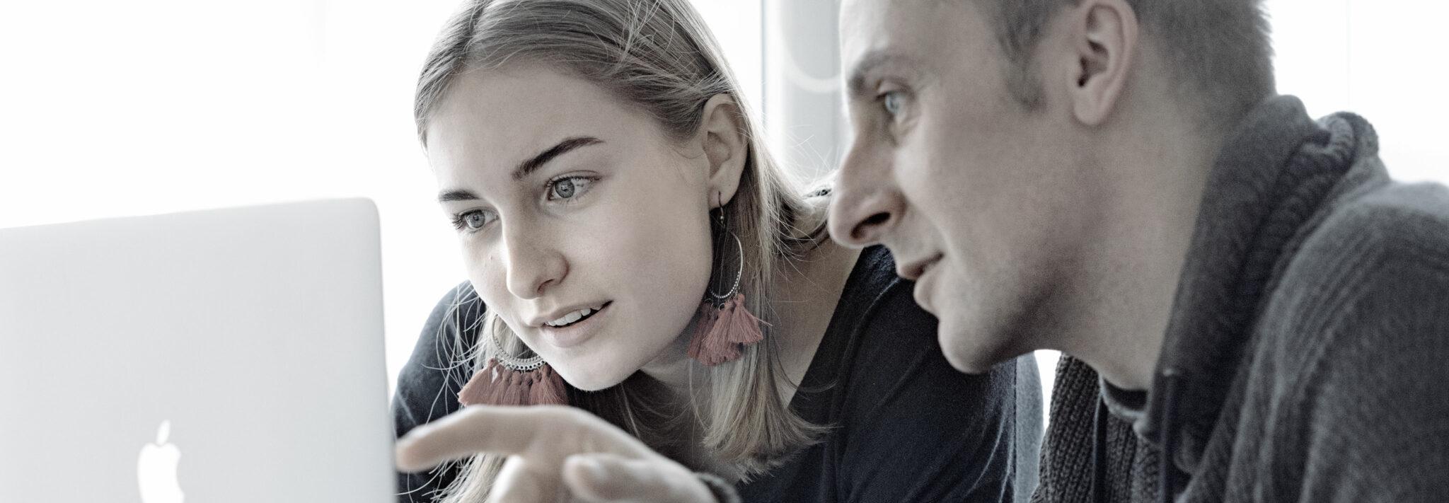 Ein Mann und eine Frau am Laptop