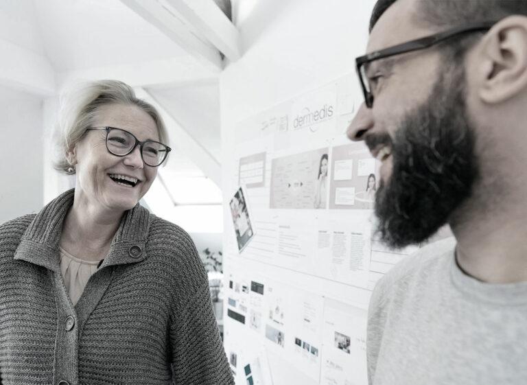zwei Personen lachend
