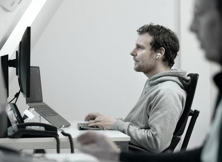 eine Person am Arbeitsplatz im Büro