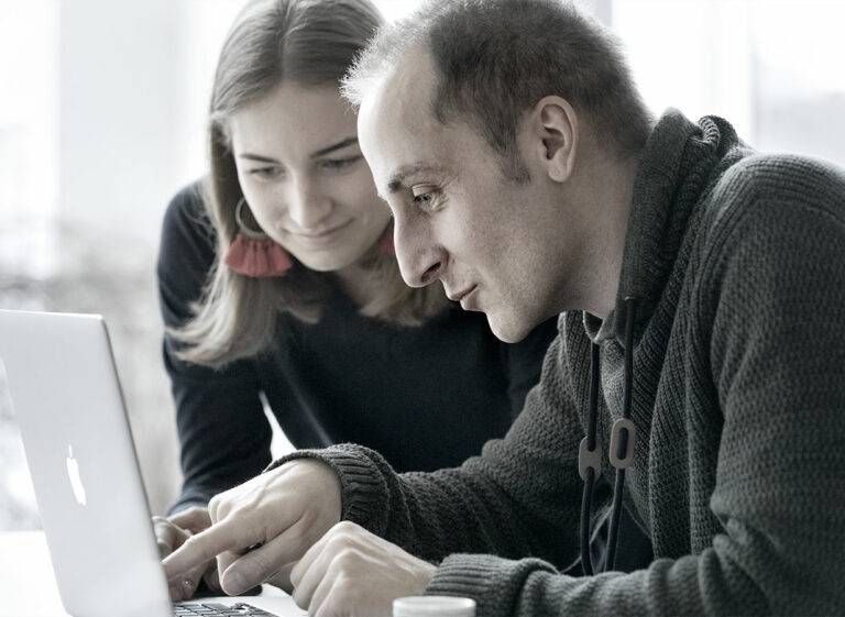 Kollegen arbeiten am Laptop