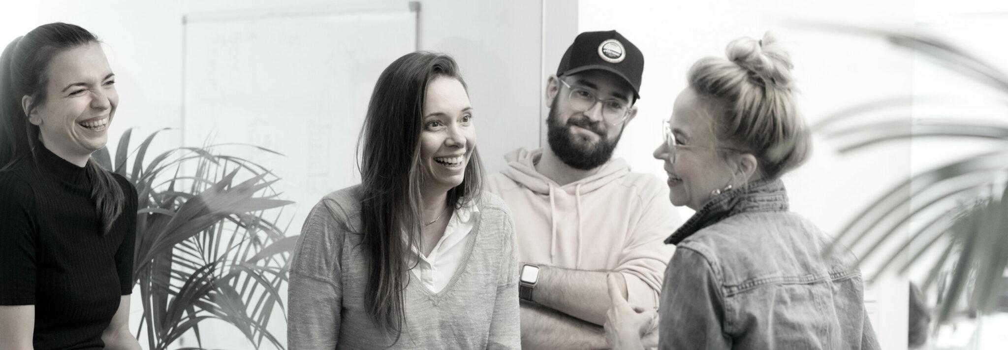 vier Personen lachend